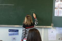 Evaëlle dessine un champignon.