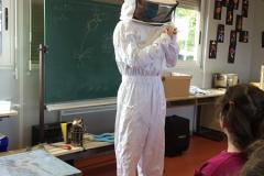 La tenue pour ouvrir la ruche en se protégeant des abeilles